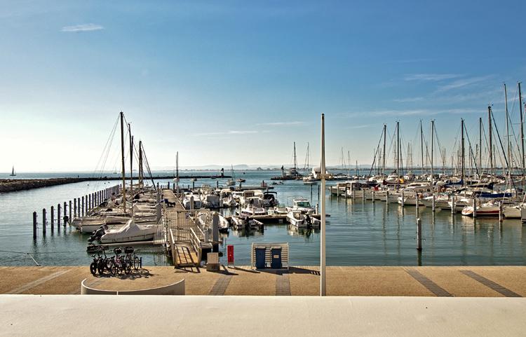 Appartement avec vue sur la sortie du port et la mer