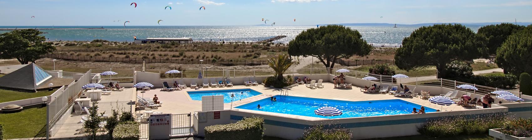 Vue sur la piscine et la plage sud port camargue.